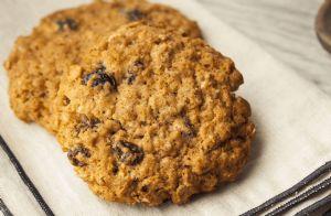Very Low-Fat, Low-Calorie Oatmeal Raisin Cookies