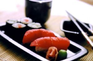 Sushi, ahi tuna roll (8 pieces)