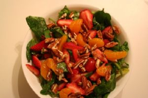Salad, Romaine & Spinach w/ Strawberries & Mandrines