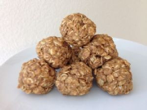 No Cook, 4 Ingredient Oatmeal Peanut Butter Protein Balls
