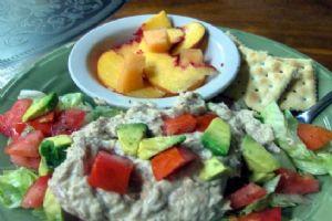 Tuna w/ salad and crackers