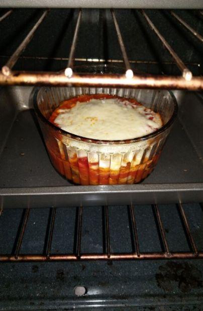 Cheesy asparagus with tomato sauce