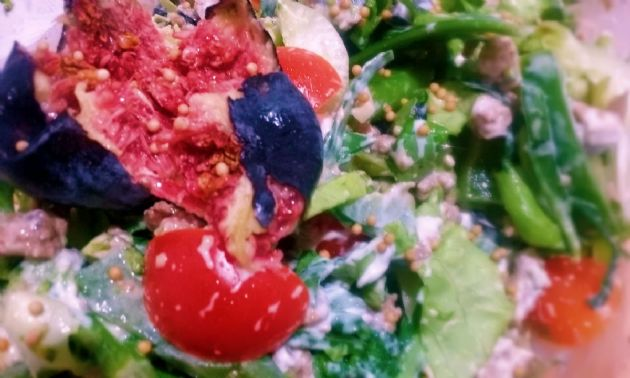 Quorn mince salad with nuts and greens, topped with skyr and olive oil dressing