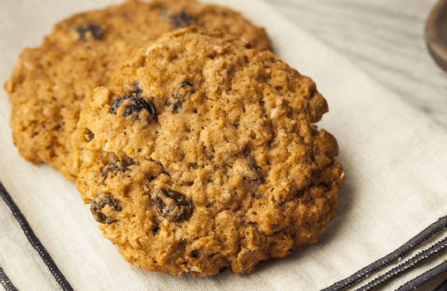 Very Low-Fat, Low-Calorie Oatmeal Raisin Cookies