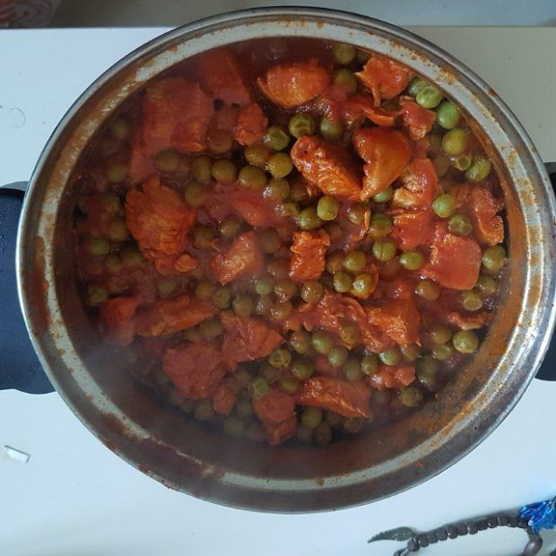chicken and peas with tomato sauce