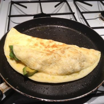 Avocado omelette (2.9 net carbs)
