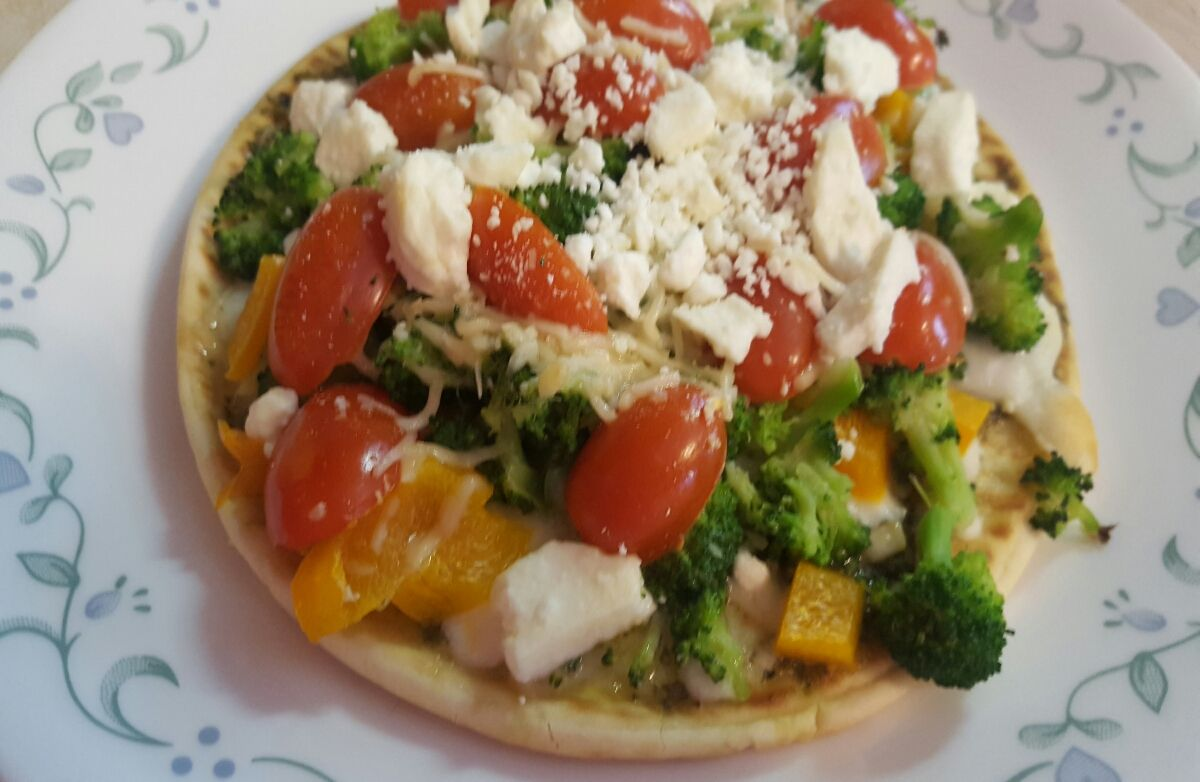 Veggie pesto mini pizza