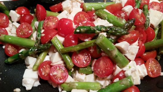 Asparagus with Tomatoes and Fresh Mozzarella