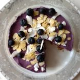 Raw Vegan Cheese Cake Mi with bluberries, cashews and almonds