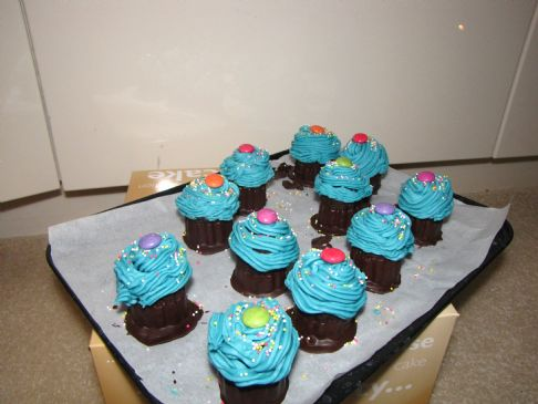 Cupcake lollies with vanilla frosting