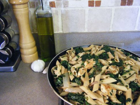 Lowfat mediterranean chicken with spinach and pasta