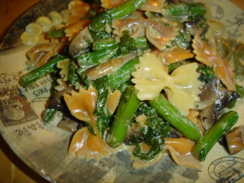 Pasta with spinach, green beans in creamy garlicky sauce
