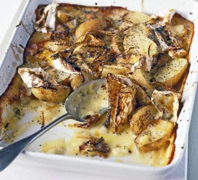 Baked new potatoes with camembert & poppy seeds