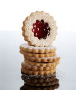 Linzer Raspberry-Almond Cookies (1piece=125kcal, realsimple.com)