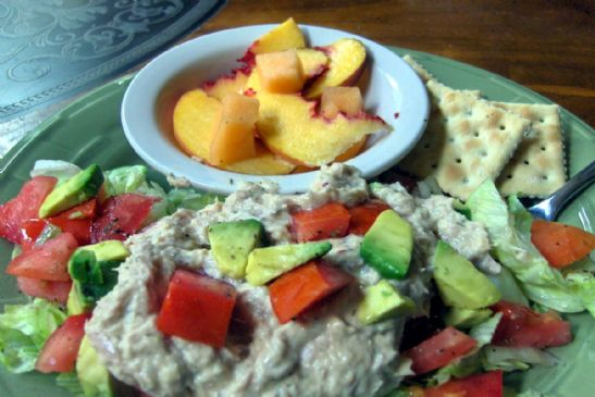 Tuna w/ salad and crackers